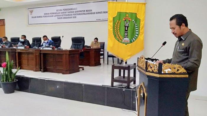 Anggota DPRD Kabupaten Ngada, Mathias Rema Esi saat membacakan laporan kerja pansus DPRD di ruang sidang paripurna, Jumat 16 April 2021.