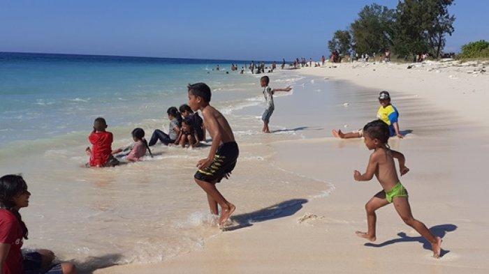 warga beramai-ramai berkunjung di Pantai Mananga Aba di Desa Ramadana, Kecamatan Loura, SBD. Nampak warga beramai-ramai mandi. Foto Minggu (30/5/2021)