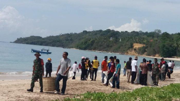 Di Pantai Rua! Bupati Sumba Barat Bersama PNS Bersihkan Sampah