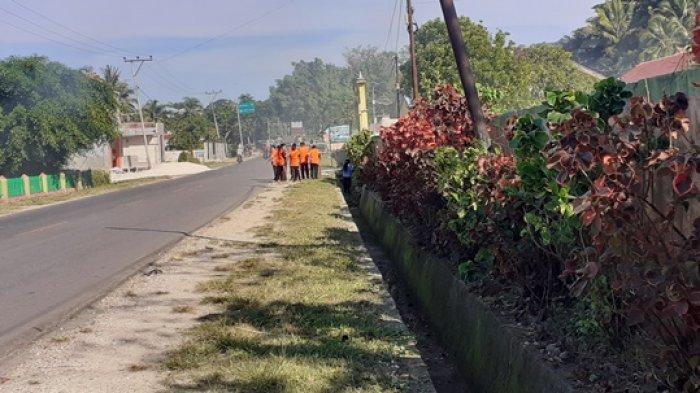 Di Waikabubak - Sumba Barat, Jumat Bersih, ASN Dan Warga Bersihkan Halaman Kantor dan Rumah Warga