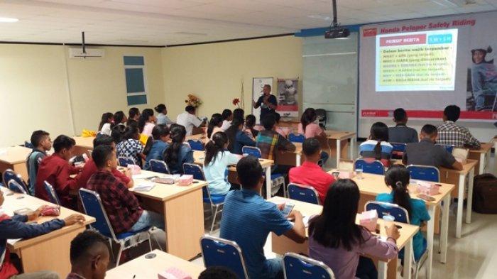 Puluhan Mahasiswa Dari Berbagai Universitas di Kota Kupang Ini Belajar Jurnalistik
