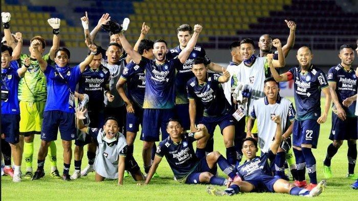 SAMBUT FINAL - Para pemain Persib Bandung melakukan selebrasi setelah memastikan timnya lolos ke Final Piala Menpora 2020 setelah main imbang melawan PS Sleman di Stadion Manahan Solo, Senin (19/4/2021). Di final, Persib Bandung akan melawan Persija Jakarta.