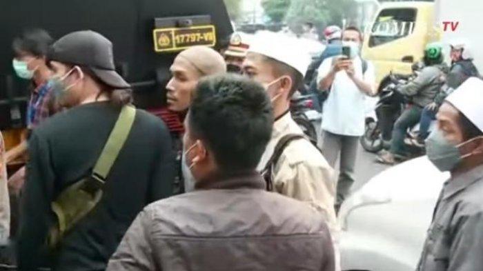 Ricuh, Kecewa Vonis Hakim Pendukung Rizieq Shihab Bentrok dengan Polisi, Ratusan Orang Diamankan
