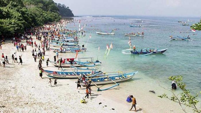 Para wisatawan berekreasi di kawasan pasir putih. Mereka juga bisa menyaksikan indahnya terumbu karang di pantai barat Pananjung di Desa Pengandaran, Kecamatan Pangandaran, Kabupaten Pangandaran, Jawa Barat, Minggu (17/1/2016). Kawasan ini berada di kawasan konservasi Cagar Alam Pananjung.