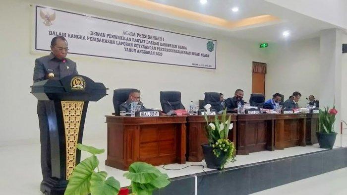 Bupati Ngada, Paru Andreas saat menyampaikan LKPJ di ruang sidang paripurna DPRD Kabupaten Ngada, Senin 12 April 2021.