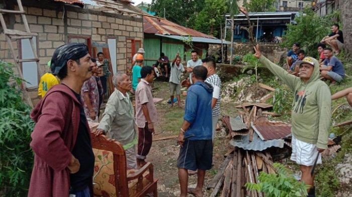Pemuda jalan Nangka, RT 01 RW 01 Kelurahan Oeba Kota Kupang bersama warga setelah selesai membersihkan rumah kelima.