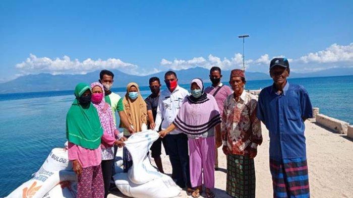 Pasca Bencana,Pemkab Sikka Serahkan Bantuan Tanggap Darurat Bagi Warga PulauTerluar Sikka