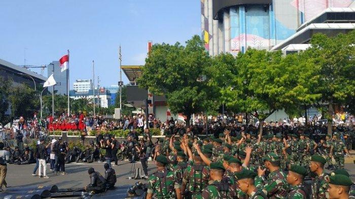 Pasukan Kostrad dan Paskhas AU Datang, Demonstran di Bawaslu Tepuk Tangan