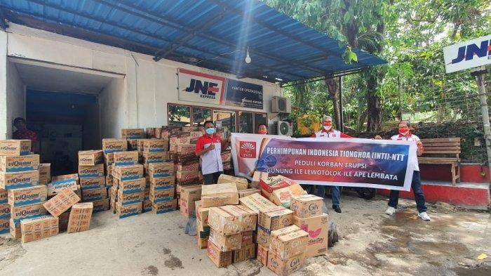 Theo Widodo  PD Perhimpunan INTI NTT menyerahkan bantuan kemanusiaan untuk warga terdampak bencana erupsi gunung Ile Lewotolok, Lembata yang dikirim melalui ekspedisi JNE Cabang Kupang, Kamis 3 Desember 2020