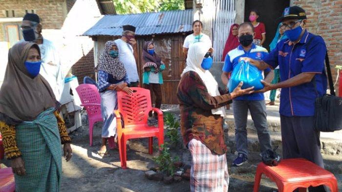 Pebakul Ikan di Hadakewa Lembata Terima Bantuan Sembako dari Julie Laiskodat