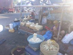 Para Pedagang Pasar Terpaksa Bertahan Jual di Lapak Sederhana, Begini Alasannya