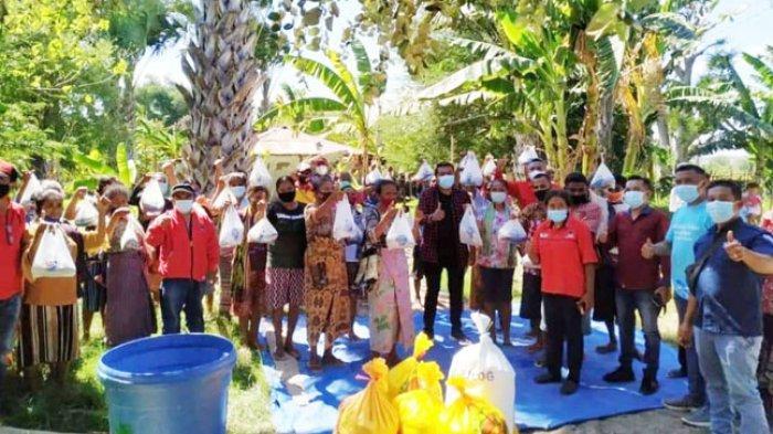 Warga Desa Bena di Kabupaten TTS menerima bantuan ikan segar dari Ansy Lema dan KKP.
