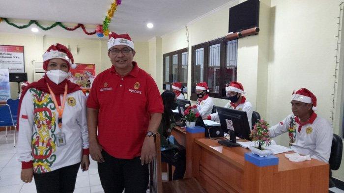 Pegawai Dukcapil Kota Kupang Tampil Unik Jelang Natal 2020