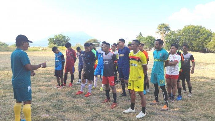 Pelatih baru Persebata Lembata, Mathias Bisinglasi memimpin latihan perdana bersama anak asuhnya di Lapangan Polres Lembata, Selasa, 1 Juni 2021.