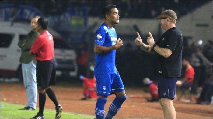 Pelatih Persib Bandung, Robert Alberts, memberikan instruksi pada Omid Nazari, dalam laga melawan PSS Sleman di Stadion Si Jalak Harupat, Minggu (15/3/2020)