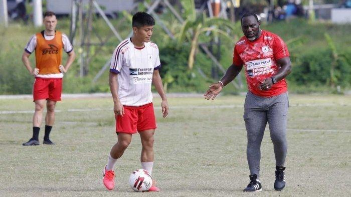 Pelatih Persipura Jayapura, Jacksen Ferreira Tiago, sedang memimpin latihan anak-anak asuhnya.