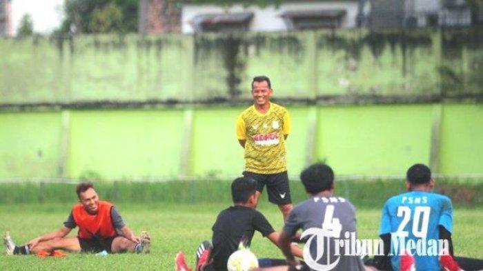 Pelatih PSMS Medan Ansyari Lubis berbincang dengan pemain disela melakukan pendinginan seusai mengikuti latihan di Stadion Kebun Bunga, Medan, Rabu 7 Juli 2021. Manajemen PSMS Medan tetap optimis menjadi tuan rumah untuk Liga 2.