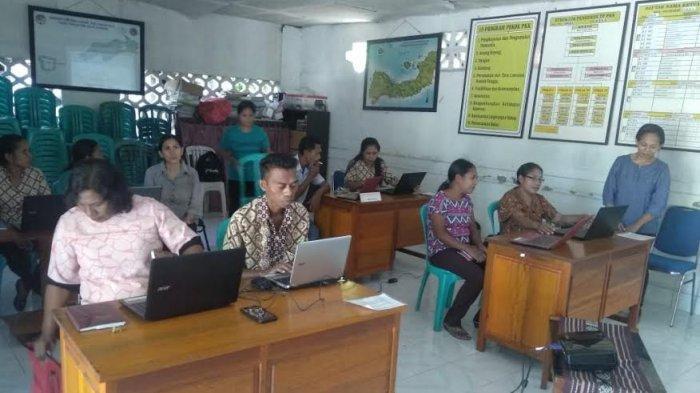 Dosen Pendamping Mahasiswa KKN Unipa Berikan Literasi TIK kepada Aparat Desa