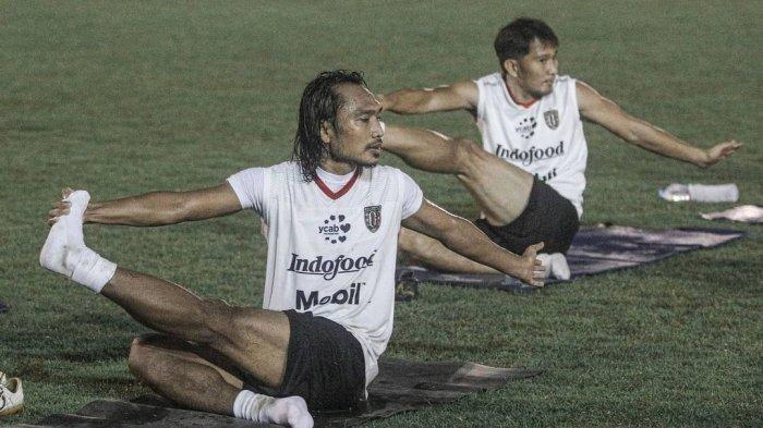 Gelandang Bali United Hariono saat melakukan gerakan pilates di lapangan Perkhanti Jimbaran belum lama ini. Berlatihd di lapangan Perkhanti Jimbaran, Pelatih Bali United Teco berikan program latihan baru, jaga kelenturan dan kondisi fisik pemain