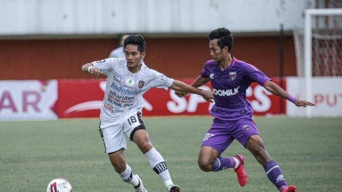 Gelandang Bali United Kadek Agung berusaha menguasai bola dalam laga kontra Persita Tangerang di Stadion Maguwoharjo Sleman Yogyakarta Jumat 2 April 2021 - WCP Sukses Bikin Permainan Bali United Tak Berkembang