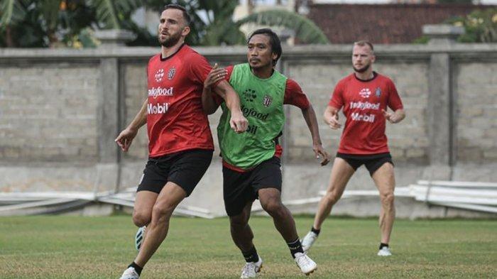 lija Spasojevic berebut bola dengan Hariono pada sesi latihan yang berlangsung di lapangan bola Gelora Trisakti, Denpasar (Baliutd.com)
