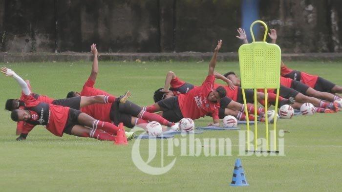 Para pemain Bali United mengikuti sesi latihan tim di lapangan Karya Manunggal Sidakarya Kota Denpasar, Bali pada 8 Februari 2021.