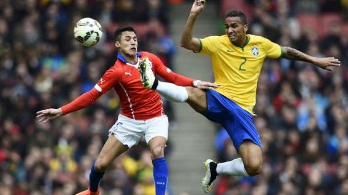 Pemain Chili Alexis Sanchez (kiri) berebut bola dengan pemain Brazil Danilo dalam pertandingan sepak bola persahabatan di Stadion Emirates, London, Inggris, Minggu (29/3). Brazil menang 1-0 atas Chili.