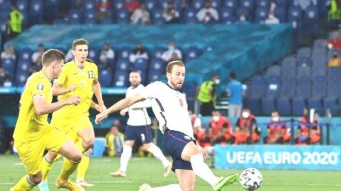 Harry Kane (kanan) saat mencetak gol dalam pertandingan Ukraina vs Inggris pada perempat final Euro 2020 di Stadion Olimpico, Roma, Italia, Minggu 4 Juli 2021) dini hari WIB.