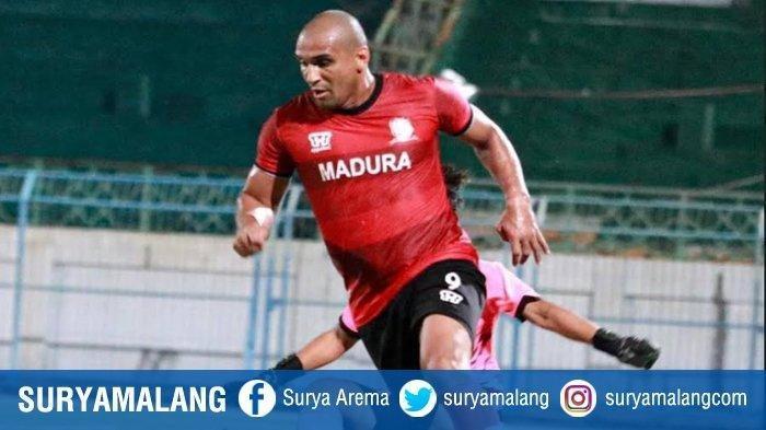 Bruno Lopes saat uji coba dengan tim lokal, Putra Samudra Bangkalan, Kamis (1/10/2020) malam di Stadion Gelora Bangkalan.