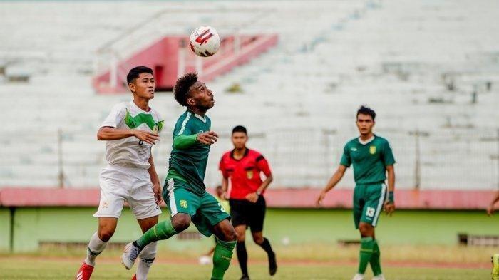 Striker Persebaya, Patrich Wanggai berduel dengan pemain PON Jatim dalam laga uji coba di Stadion Gelora Delta, Selasa (15/9/2020).