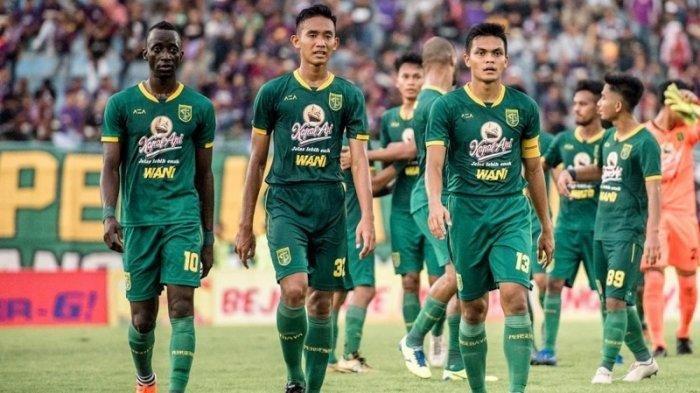 Makan Konate (kiri) dan Rachmat Irianto (kanan) usai pertandingan melawan Persik Kediri di ajang Piala Gubernur Jatim 2020. Keduanya bersama Hansamu Yama akan menyandang ban kapten Persebaya musim ini.