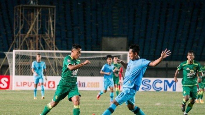Laga Persebaya vs Persela yang berlangsung sengit. Tampa pemain Persebaya Samsul Arief diadang pemain Persela Nasir.