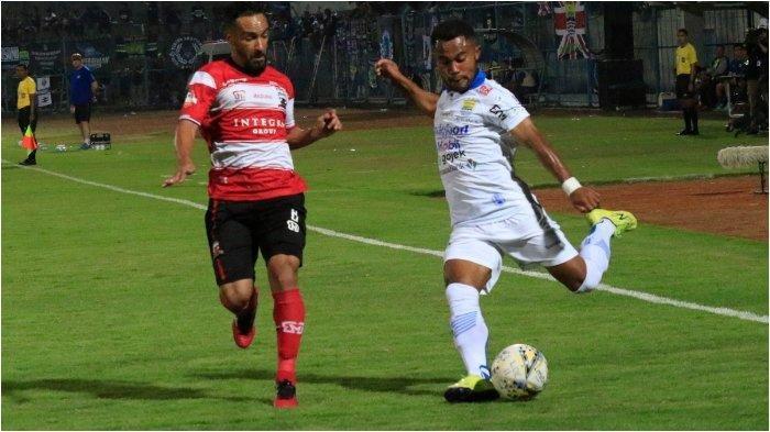 Pemain Persib Bandung Ardi Idrus melepaskan umpan dalam laga kontra Madura United, Stadion Gelora Bangkalan, Sabtu (5/10/2019).