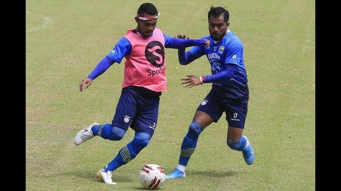 Pemain Persib Bandung Ardi Idrus (kiri) berebut bola dengan Zulham Zamrun saat mengikuti gim internal di Stadion Gelora Bandung Lautan Api, Selasa (18/8/2020).