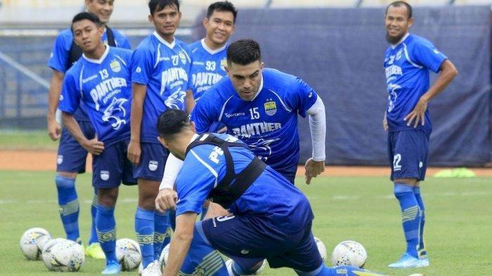 MENGECOH : Pemain Persib Bandung Fabiano Beltrame (tengah) berusaha mengecoh rekannya saat mengikuti latihan di Stadion Si Jalak Harupat, Kabupaten Bandung, Jumat (14/12). Pemain kembali menggelar latihan setelah menjalani pertandingan tandang lawan Borneo FC belum lama ini.