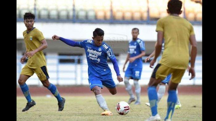 Pemain Persib Bandung Febri Hariyadi bersiap menendang bola saat beruji coba melawan Bandung United di Stadion GBLA, Sabtu (19/9/2020).