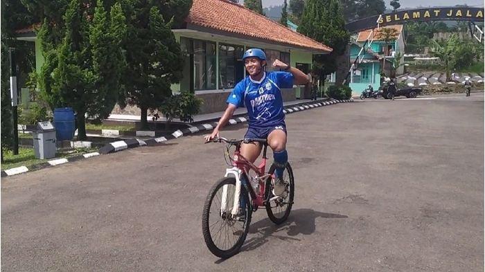 Pemain Persib Bandung, Febri Hariyadi ketika menjadi yang pertama sampai di garis finis dalam program Cross Country di Dodik Bela Negara Rindam III/Siliwangi, Jalan Cikole, Lembang, KBB, Rabu (29/1/2020).