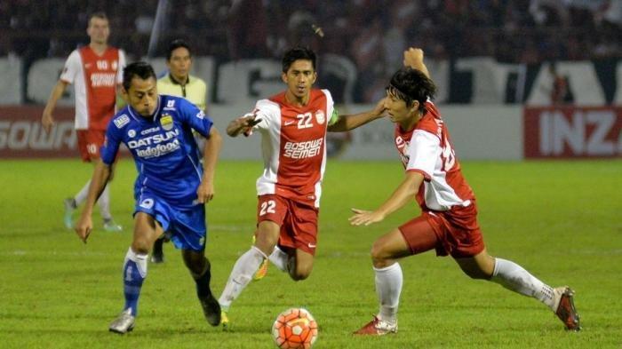 PERTAHANKAN BOLA - Striker Persib Bandung mempertahankan penguasaan bola dari jegalan pemain PSM Makassar dalam laga lanjutan Indonesia Soccer Championship di Stadion Andi Mattalatta, Makassar, Sulawesi Selatan, Sabtu (29/10/2016). Persib berhasil menahan imbang laga tersebut dengan skor akhir 2-2.