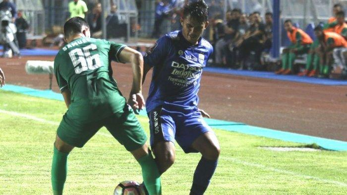 Pemain Persib Bandung, Puja Abdilah, berebut bola dengan pemain PSMS Medan, Samuel Sibatuara, dalam laga lanjutan Piala Presiden 2018, di Stadion GBLA, Minggu (21/1/2018) malam.