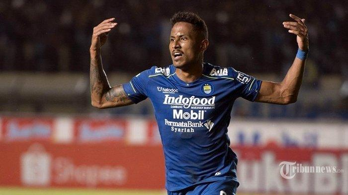 Pemain Persib Bandung Wander Luiz merayakan golnya ke gawang PSS Sleman dalam lanjutan pertandingan Liga 1 di Stadion Si Jalak Harupat, Kabupaten Bandung, Minggu (15/2/2020). Persib Bandung masih memuncaki klasemen Liga 1 setelah memenangkan pertandingan atas PSS Sleman 2-1.