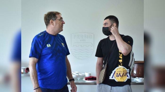 Farshad Noor (kanan) berbincang dengan pelatih Persib Bandung Robert Alberts.