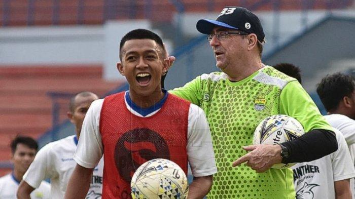 Febri Hariyadi saat bercanda dengan pelatihnya Robert Rene Alberts