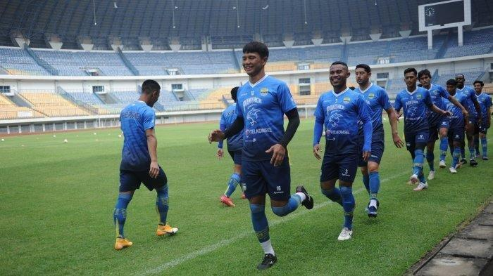 Para pemain Persib menjalani latihan hari keempat di Stadion Gelora Bandung Lautan Api, Kamis (4/3/2021).