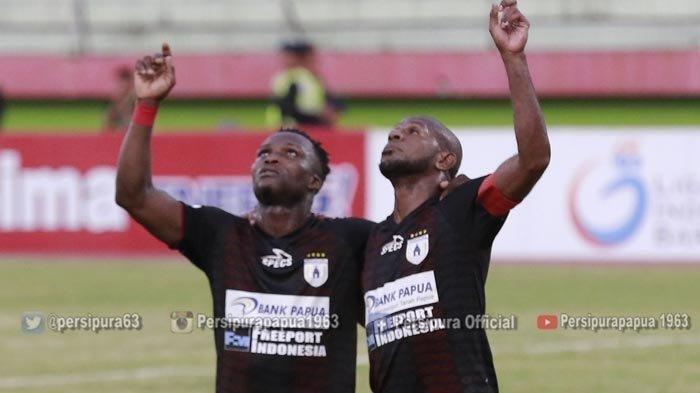 --Ibrahim Conteh dan Boaz Solossa dalam laga Persipura Jayapura vs PS Tira Persikabo.     Menang 3-0 lawan Tira Persikabo membuat Persipura me