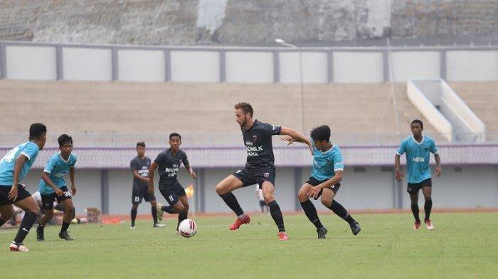 Pemain senior Persita Tangerang Eldar Hasanovic saat dikepung pemain Persita U-20.