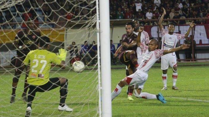Proses terjadinya gol pemain PSM Makassar, Ezra Walian, ke gawang Persipura Jayapura dalam laga tunda pekan ke-4 Liga 1 2019 di Stadion Andi Matalatta, Senin (18/11/2019).