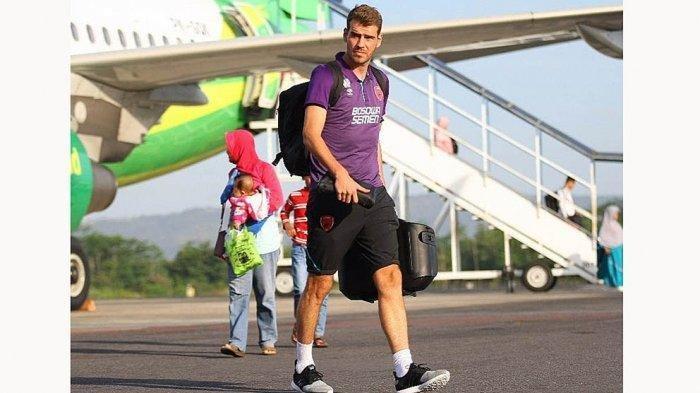 Wiljan Pluim pemain tengah dan juga kapten tim PSM Makassar asal Belanda telah tiba di Indonesia, tapi belum bisa bermain karena menjalani karantina mandiri