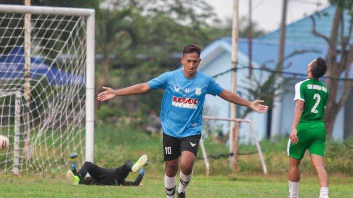 Rachmad Hidayat selebrasi usai mencetak gol pada laga uji coba melawan Saba Bangunan United di Lapangan TGM Helvetia, Jumat (2/4/2021) sore. Dalam laga ini PSMS Medan menang telak 6-0.