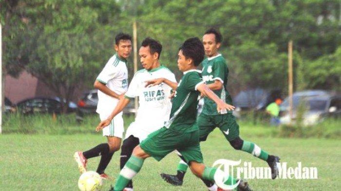 Pemain PSMS Medan Sandi Abelia Tacchinardi (kanan) berusaha melewati kawalan pemain PS Kwarta saat laga uni coba di Lapangan TGM, Deliserdang, Jumat (2/6/2021). PSMS Medan berhasil mengalahkan lawan PS Kwarta dengan skor 5-1