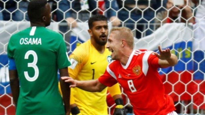 Pemain Rusia, Yury Gazinsky, bergembira setelah mencetak gol disaksikan pemain Arab Saudi, Osama Hawsawi (kapten tim) dan Abdullah Al-Mayouf, pada pertandingan perdana Piala Dunia 2018 di Stadion Luzhniki, Moskow, Rusia, Kamis (14/6/2018).